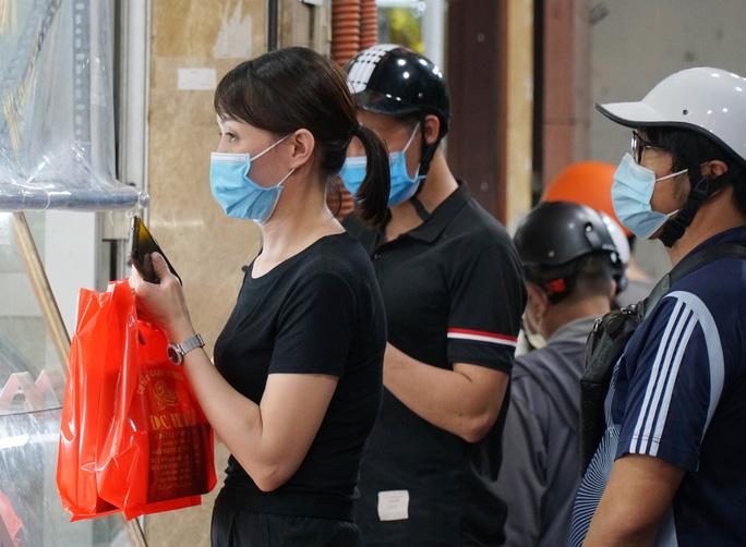 CLIP: Giao thông ùn ứ tại điểm bán bánh trung thu trên phố Thuỵ Khuê - Ảnh 10.