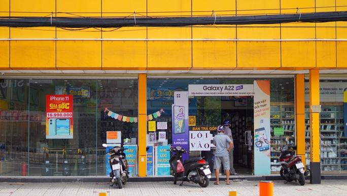Một quận ở TP HCM bình thường mới: Nhiều người đến ngân hàng, đi mua điện thoại - Ảnh 3.