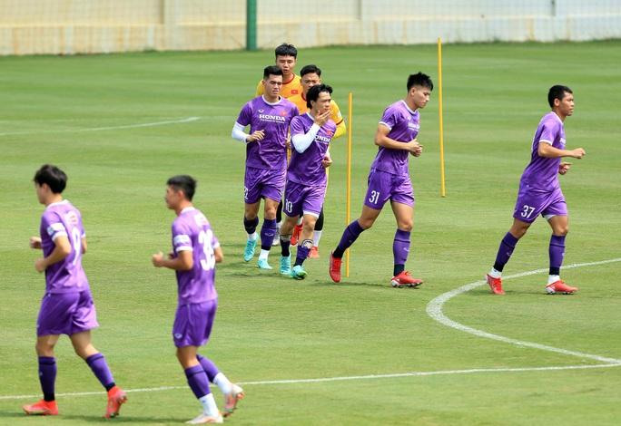 Thầy Park cho học trò rèn quân dưới trời nắng, quyết tâm giành điểm trước tuyển Trung Quốc - Ảnh 9.