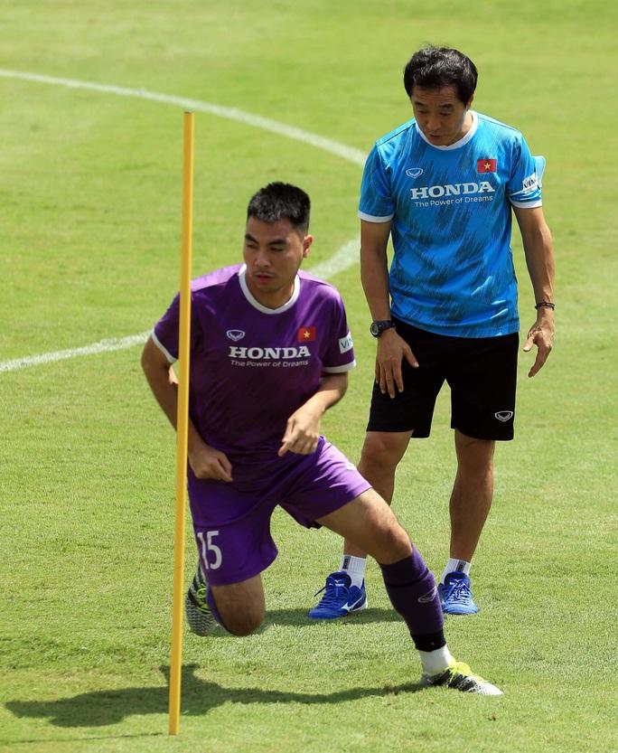 Thầy Park cho học trò rèn quân dưới trời nắng, quyết tâm giành điểm trước tuyển Trung Quốc - Ảnh 11.