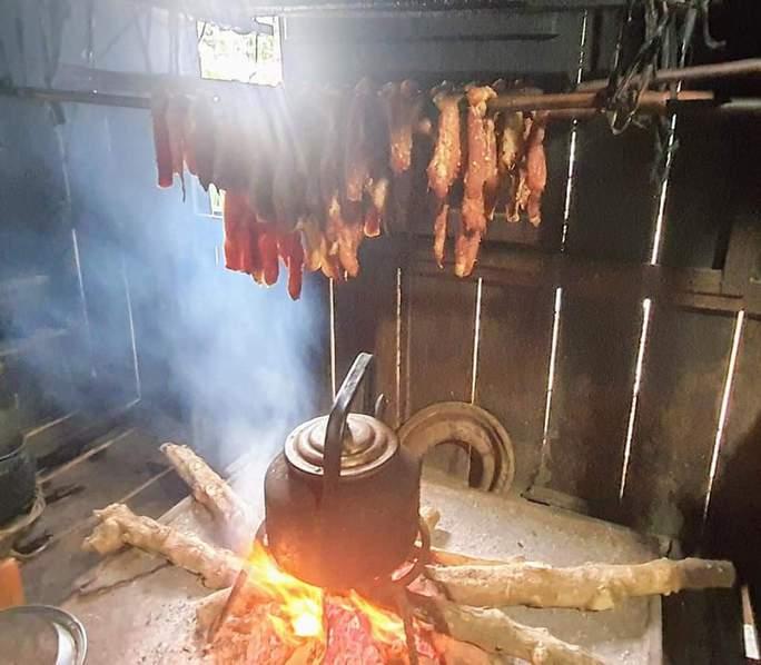 Bò nướng lụi chấm muối kiến vàng - Ảnh 3.