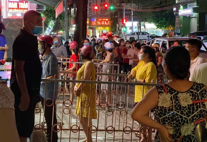 Dân đổ xô mua bánh trung thu, công an phải phong tỏa tiệm bánh - Ảnh 6.