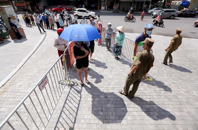 CLIP: Hàng trăm người đội nắng, xếp hàng chờ hàng giờ để được mua bánh trung thu - Ảnh 2.