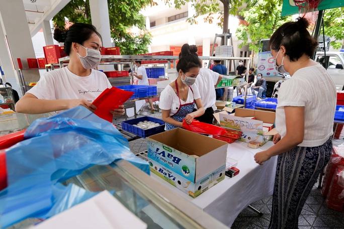 CLIP: Hàng trăm người đội nắng, xếp hàng chờ hàng giờ để được mua bánh trung thu - Ảnh 11.