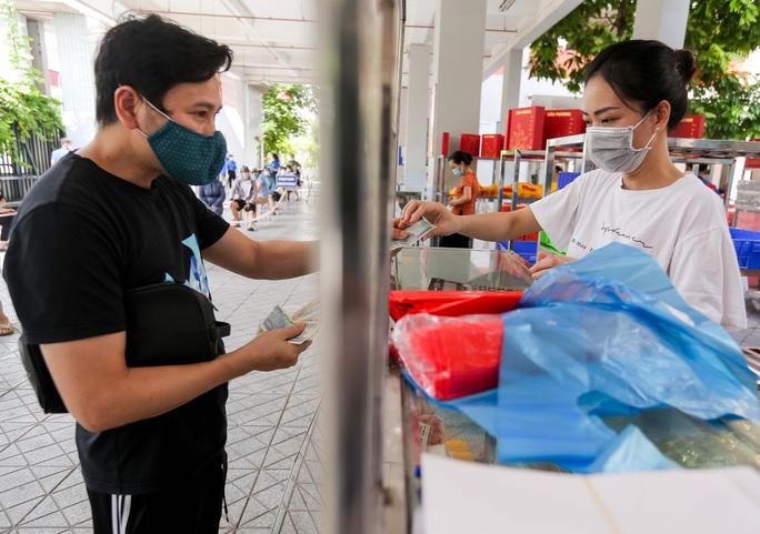 CLIP: Hàng trăm người đội nắng, xếp hàng chờ hàng giờ để được mua bánh trung thu - Ảnh 15.