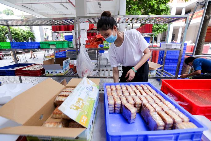 CLIP: Hàng trăm người đội nắng, xếp hàng chờ hàng giờ để được mua bánh trung thu - Ảnh 12.