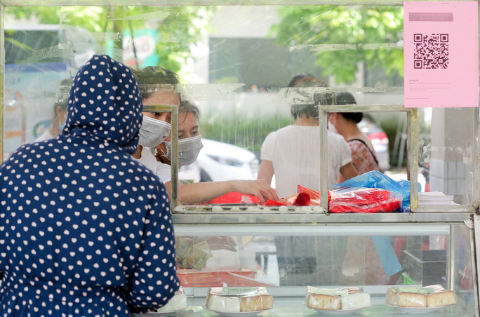 CLIP: Hàng trăm người đội nắng, xếp hàng chờ hàng giờ để được mua bánh trung thu - Ảnh 14.