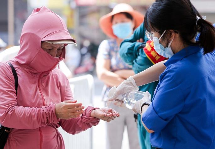 CLIP: Hàng trăm người đội nắng, xếp hàng chờ hàng giờ để được mua bánh trung thu - Ảnh 7.