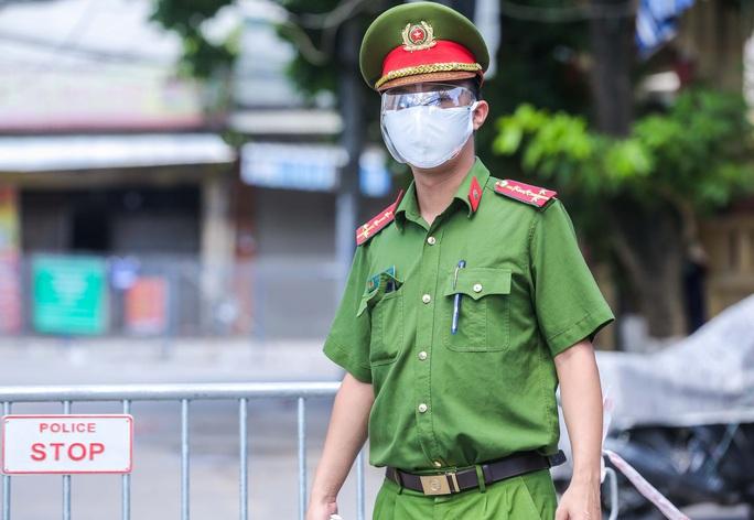 CLIP: Phong toả 1 khu dân cư có ca nhiễm SARS-CoV-2 là người bán rau củ quả online - Ảnh 4.