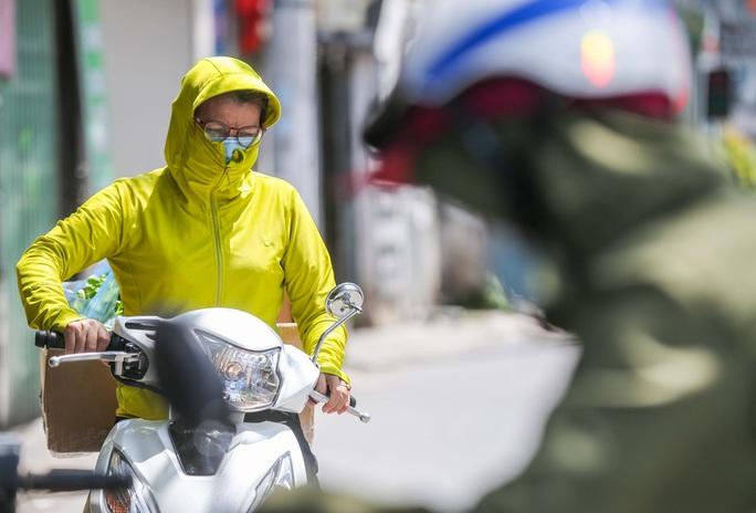 CLIP: Phong toả 1 khu dân cư có ca nhiễm SARS-CoV-2 là người bán rau củ quả online - Ảnh 8.