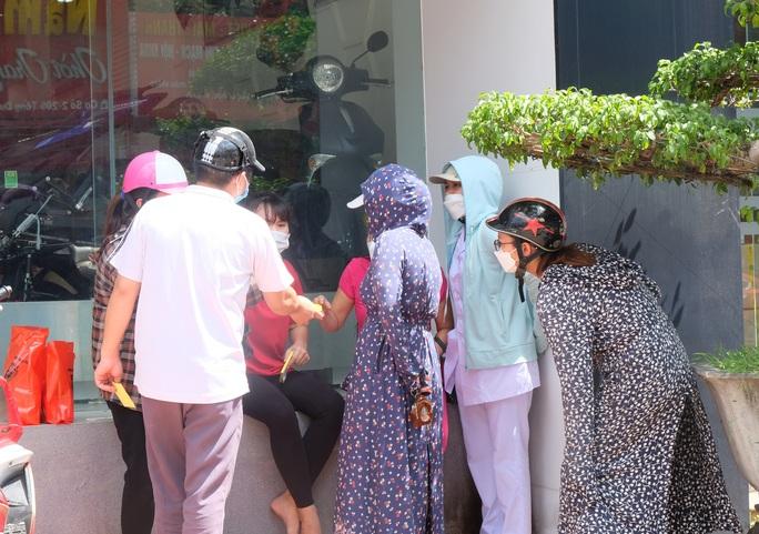 Dân đổ xô mua bánh trung thu, công an phải phong tỏa tiệm bánh - Ảnh 1.