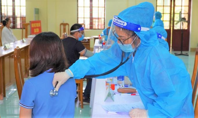 Nữ giáo viên tiêm 2 mũi vắc-xin AstraZeneca... cách nhau 10 phút - Ảnh 1.