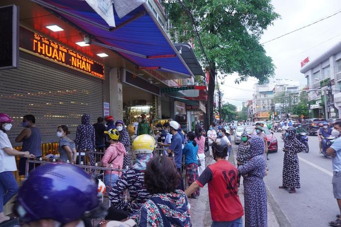 Dân đổ xô mua bánh trung thu, công an phải phong tỏa tiệm bánh - Ảnh 2.