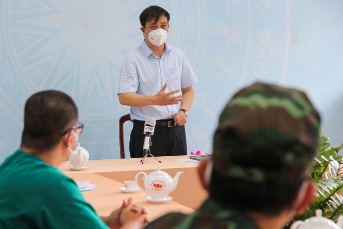 Phó Chủ tịch UBND TP HCM Lê Hòa Bình động viên lực lượng chống dịch huyện Bình Chánh - Ảnh 1.