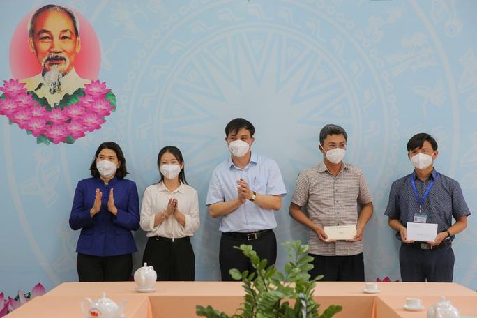 Phó Chủ tịch UBND TP HCM Lê Hòa Bình động viên lực lượng chống dịch huyện Bình Chánh - Ảnh 2.