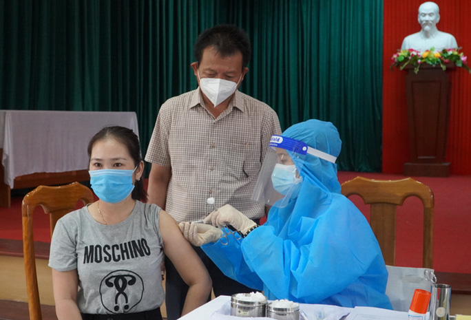 Tiêm 2 mũi vắc-xin AstraZeneca cách nhau 10 phút, nữ giáo viên nói gì? - Ảnh 3.