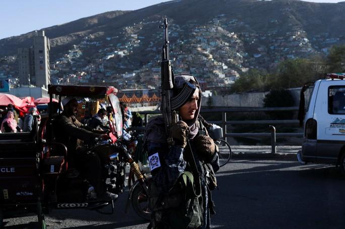 """IS đánh bom liên hoàn"""", hàng chục tay súng Taliban thương vong - Ảnh 1."""