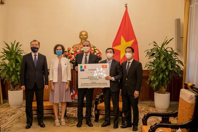 Ý viện trợ thêm 796.000 liều vắc-xin Covid-19 cho Việt Nam - Ảnh 1.