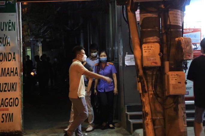 CLIP: Khám xét nhà Trưởng phòng Cảnh sát kinh tế Công an Hà Nội - Ảnh 5.