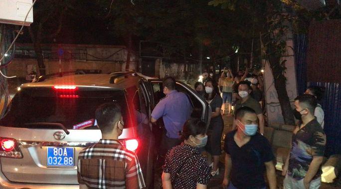 CLIP: Khám xét nhà Trưởng phòng Cảnh sát kinh tế Công an Hà Nội - Ảnh 2.