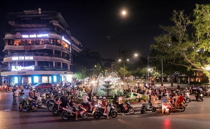 CLIP: Dòng người đi chơi trung thu gây ùn tắc tuyến phố trung tâm Hà Nội - Ảnh 2.