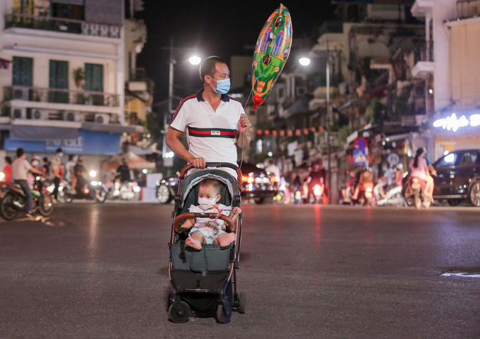 CLIP: Dòng người đi chơi trung thu gây ùn tắc tuyến phố trung tâm Hà Nội - Ảnh 10.