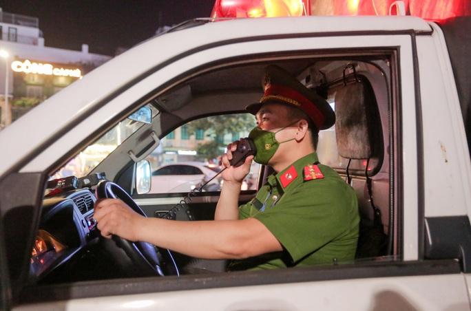 CLIP: Dòng người đi chơi trung thu gây ùn tắc tuyến phố trung tâm Hà Nội - Ảnh 8.