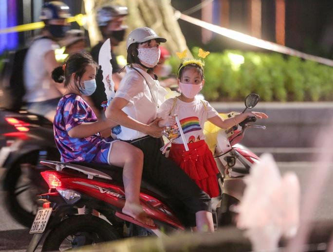 CLIP: Dòng người đi chơi trung thu gây ùn tắc tuyến phố trung tâm Hà Nội - Ảnh 4.