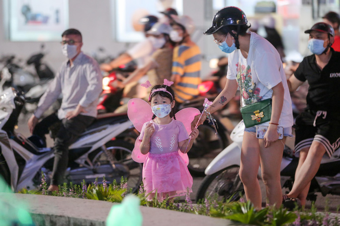 CLIP: Dòng người đi chơi trung thu gây ùn tắc tuyến phố trung tâm Hà Nội - Ảnh 6.