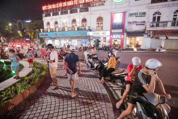 CLIP: Dòng người đi chơi trung thu gây ùn tắc tuyến phố trung tâm Hà Nội - Ảnh 9.