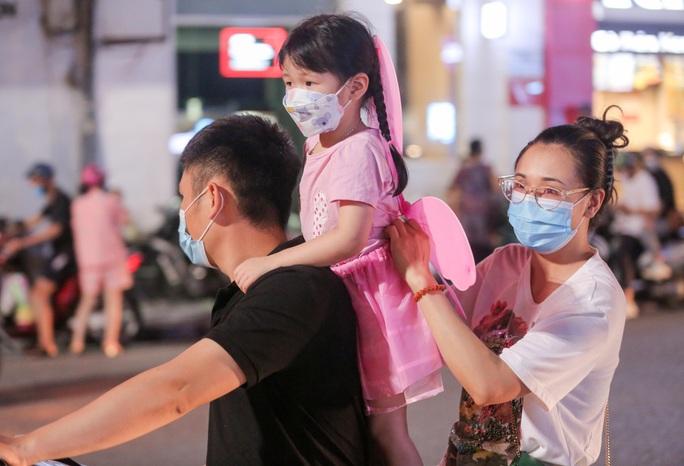 CLIP: Dòng người đi chơi trung thu gây ùn tắc tuyến phố trung tâm Hà Nội - Ảnh 5.