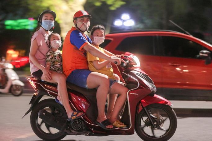 CLIP: Dòng người đi chơi trung thu gây ùn tắc tuyến phố trung tâm Hà Nội - Ảnh 3.