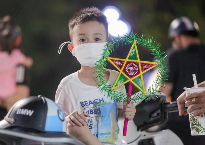 CLIP: Dòng người đi chơi trung thu gây ùn tắc tuyến phố trung tâm Hà Nội - Ảnh 7.