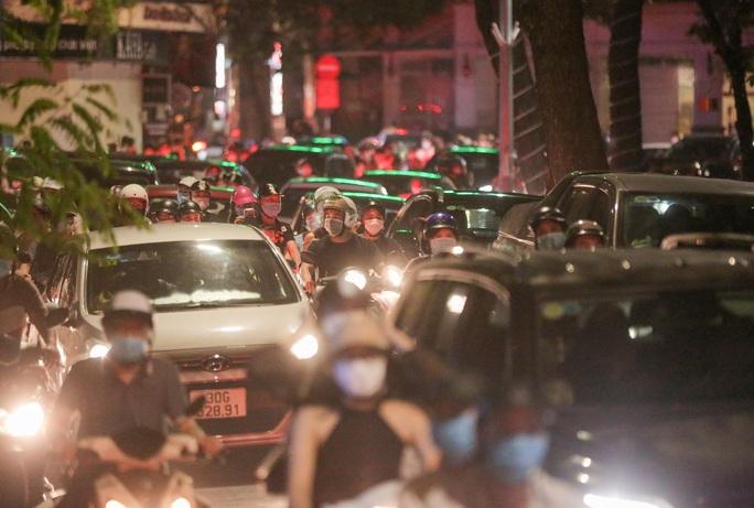 CLIP: Dòng người đi chơi trung thu gây ùn tắc tuyến phố trung tâm Hà Nội - Ảnh 11.