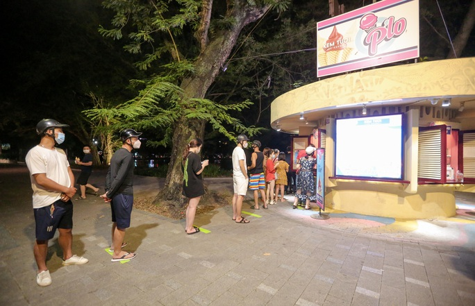 CLIP: Dòng người đi chơi trung thu gây ùn tắc tuyến phố trung tâm Hà Nội - Ảnh 14.