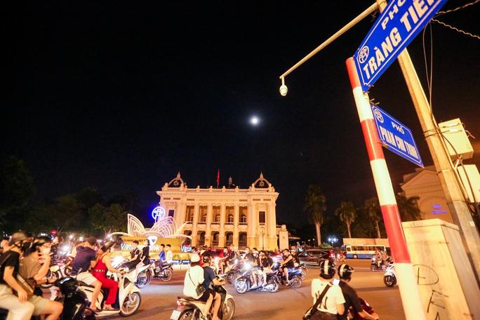 CLIP: Dòng người đi chơi trung thu gây ùn tắc tuyến phố trung tâm Hà Nội - Ảnh 13.
