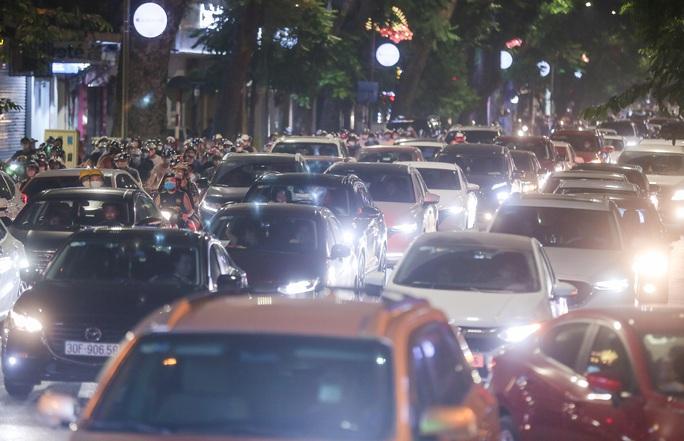 CLIP: Dòng người đi chơi trung thu gây ùn tắc tuyến phố trung tâm Hà Nội - Ảnh 12.