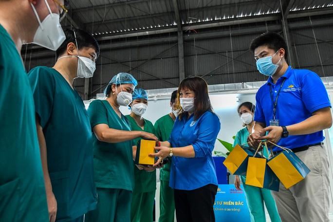 Clip: Tặng bánh trung thu các y bác sĩ tuyến đầu ở các tỉnh phía Nam - Ảnh 1.