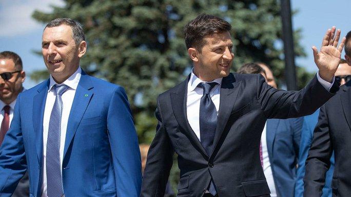 Hơn 10 viên đạn găm trúng xe cố vấn tổng thống Ukraine - Ảnh 1.