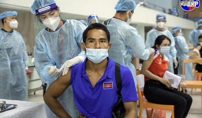 Campuchia chuẩn bị tiêm mũi vắc-xin Covid-19 thứ ba, cân nhắc mũi thứ tư - Ảnh 1.