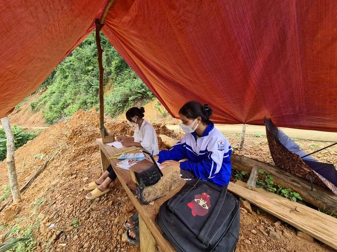 Hai chị em người Vân Kiều lên núi dựng lều, bắt sóng 3G học online - Ảnh 2.
