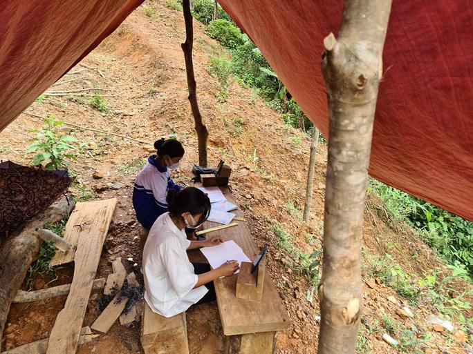 Hai chị em người Vân Kiều lên núi dựng lều, bắt sóng 3G học online - Ảnh 3.