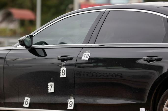 Hơn 10 viên đạn găm trúng xe cố vấn tổng thống Ukraine - Ảnh 3.