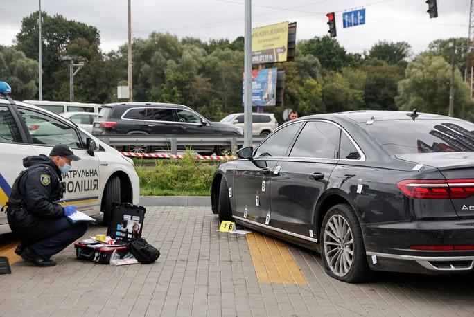 Hơn 10 viên đạn găm trúng xe cố vấn tổng thống Ukraine - Ảnh 5.