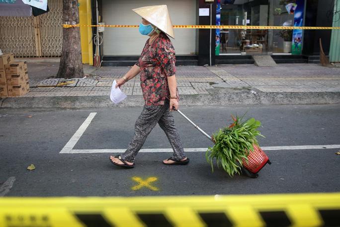 TP HCM: Người dânvùng xanh quận 5 được đi chợ dã chiến - Ảnh 6.
