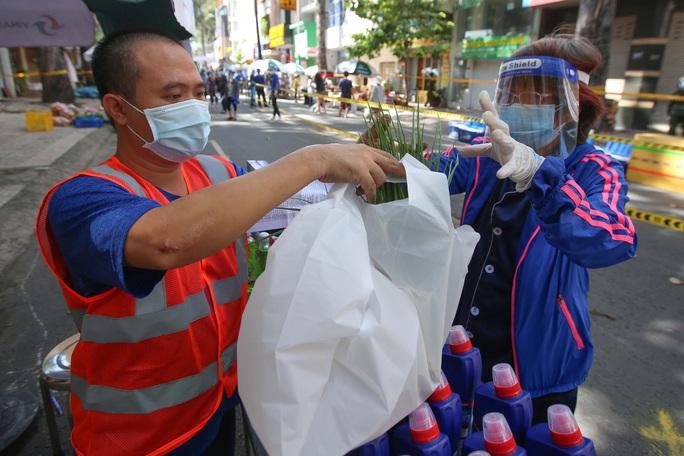 TP HCM: Người dânvùng xanh quận 5 được đi chợ dã chiến - Ảnh 7.