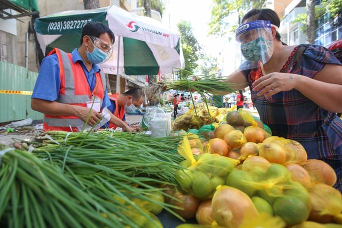 TP HCM: Người dânvùng xanh quận 5 được đi chợ dã chiến - Ảnh 8.