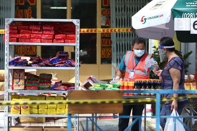 TP HCM: Người dânvùng xanh quận 5 được đi chợ dã chiến - Ảnh 3.