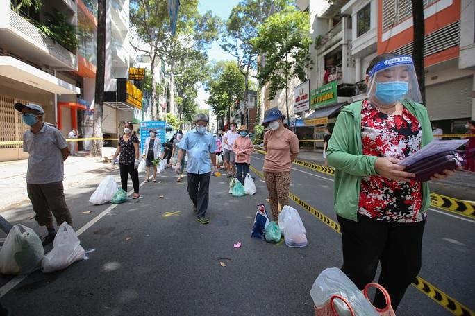 TP HCM: Người dânvùng xanh quận 5 được đi chợ dã chiến - Ảnh 11.