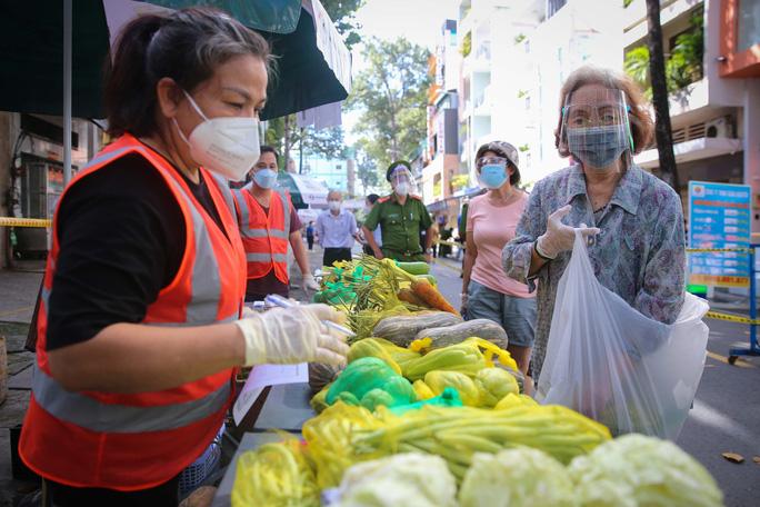 TP HCM: Người dânvùng xanh quận 5 được đi chợ dã chiến - Ảnh 2.